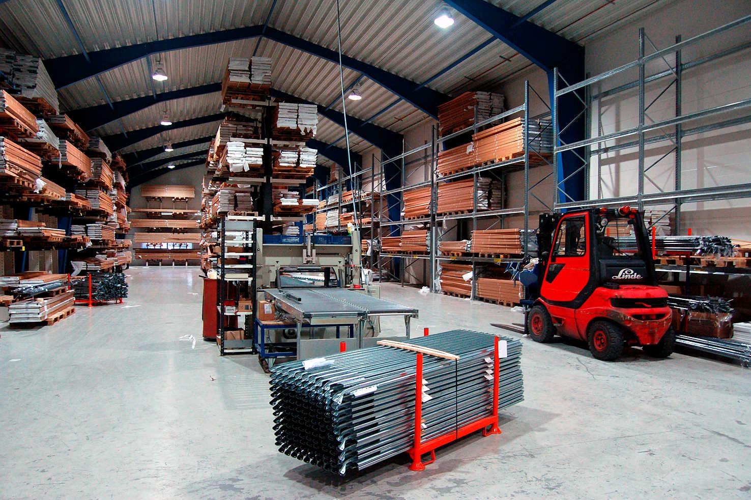 En titt på innsiden av lageret til Lobas: Portbeslag til garasjeporter