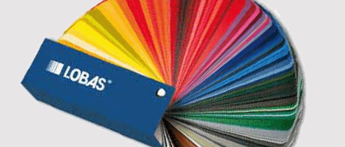 Lakkering av port i alle regnbuens farger