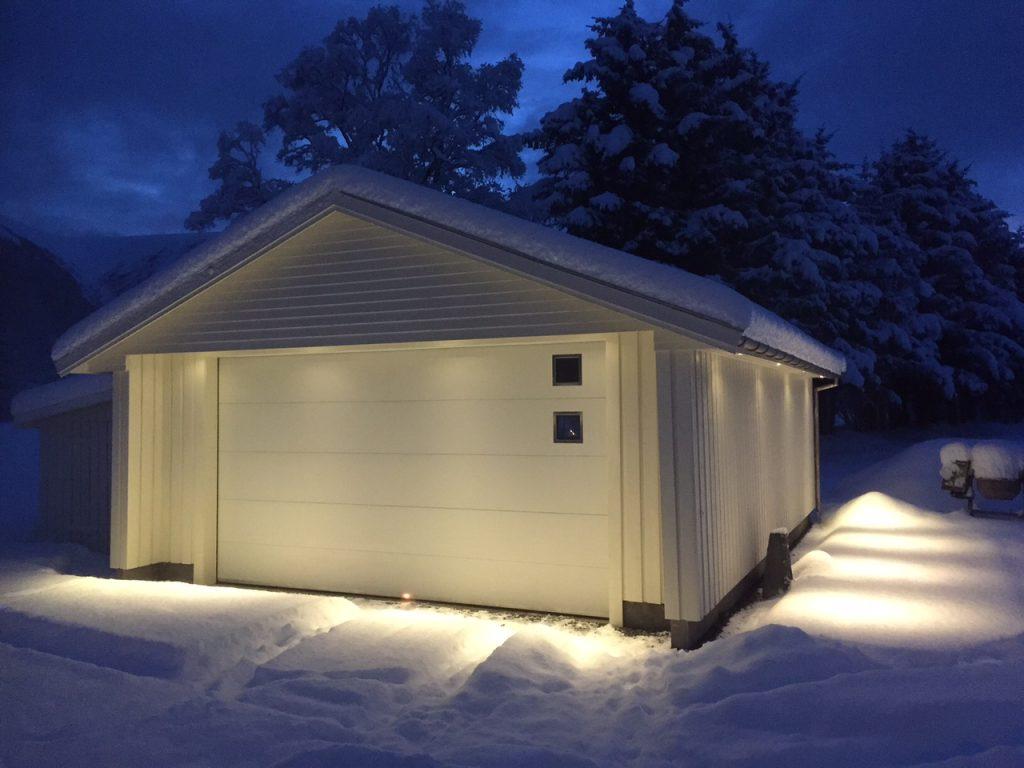 Lobas garasjeport i snø