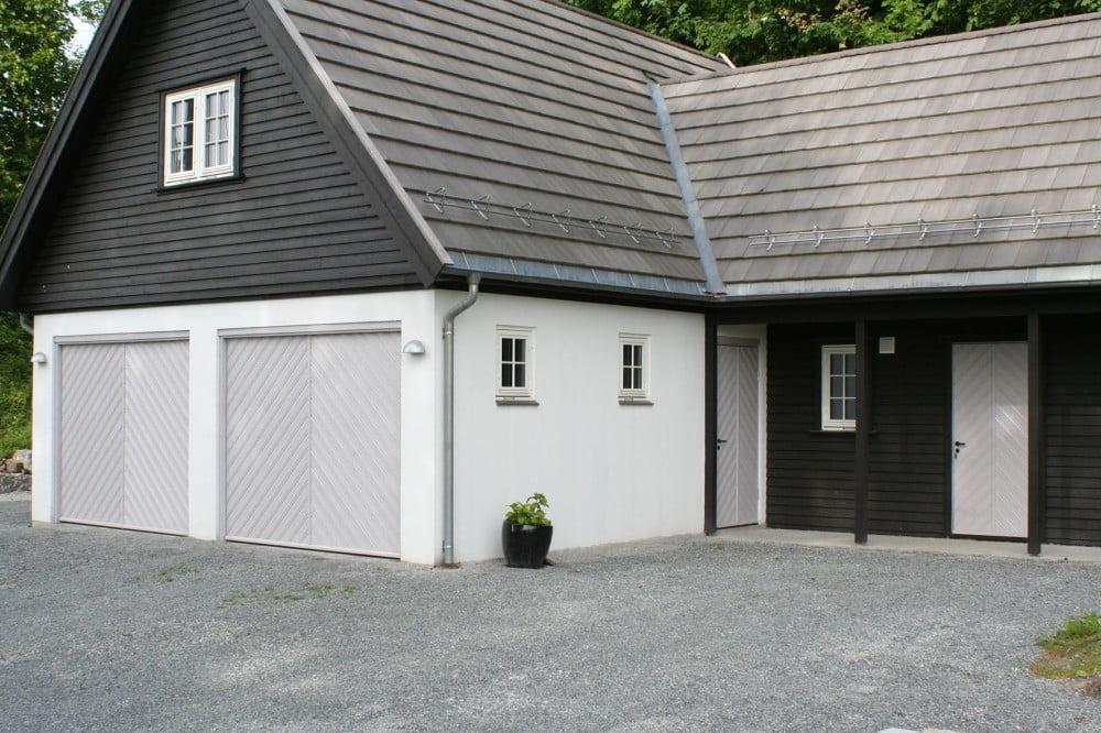 Vippeport med Lobas garasjeportbeslag. Fotografi av dobbel vippeport på hus.