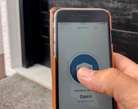 MyQ-appen i bruk foran en Lobas garasjeport. Fotografi 2019