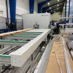 Maskinene som bearbeider aluminiumsprofiler inne på Lobas garasjeporters fabrikk. Fotografi 2019.